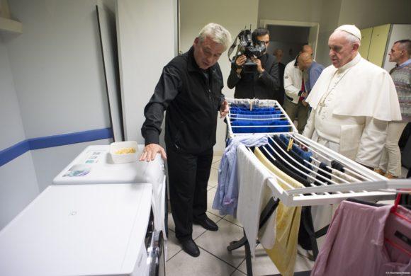 Apre la 'Lavanderia di Papa Francesco' per poveri e senza fissa dimora